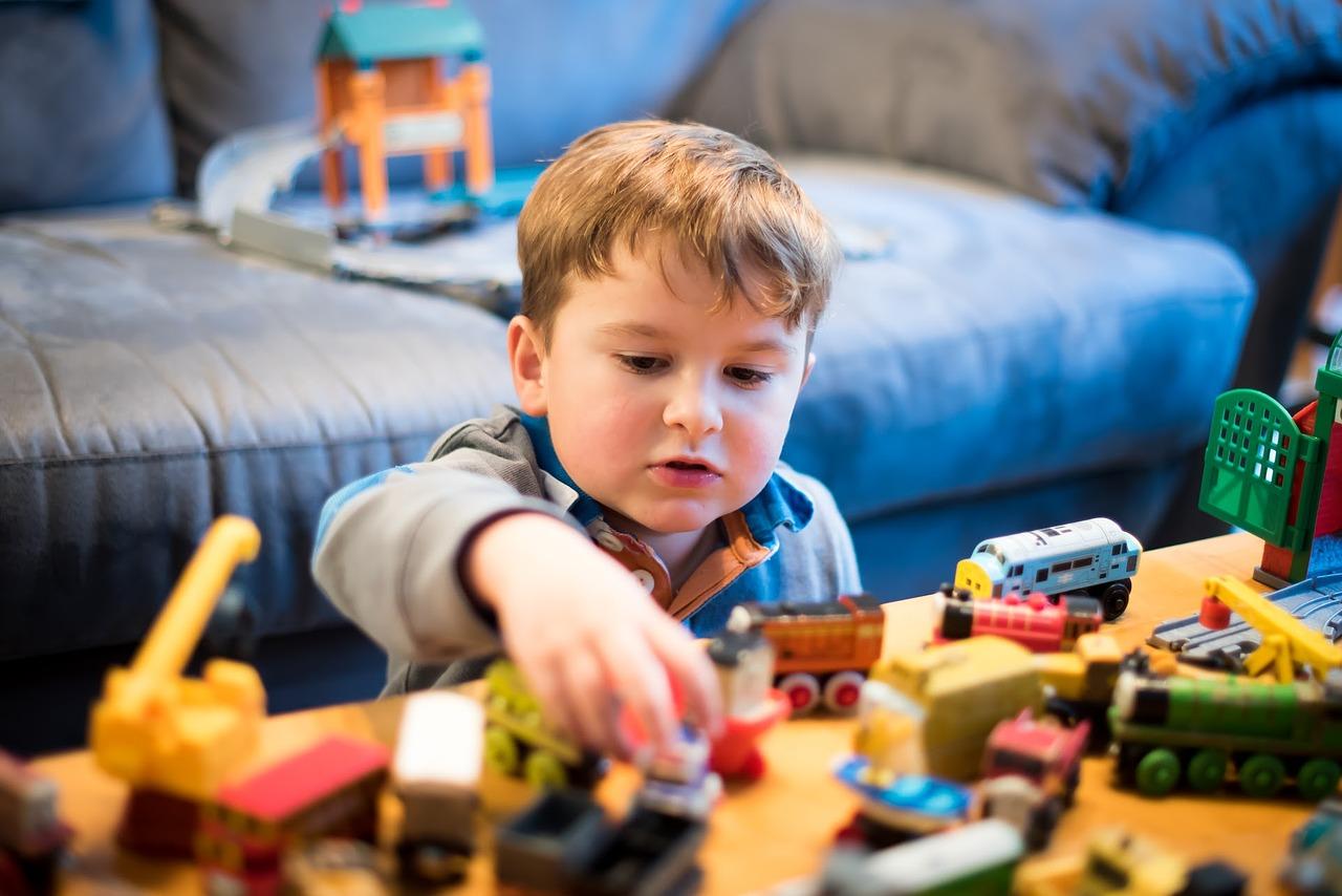 chlapec a mašinky