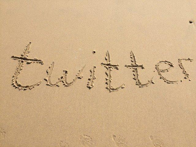 Twitter v písku