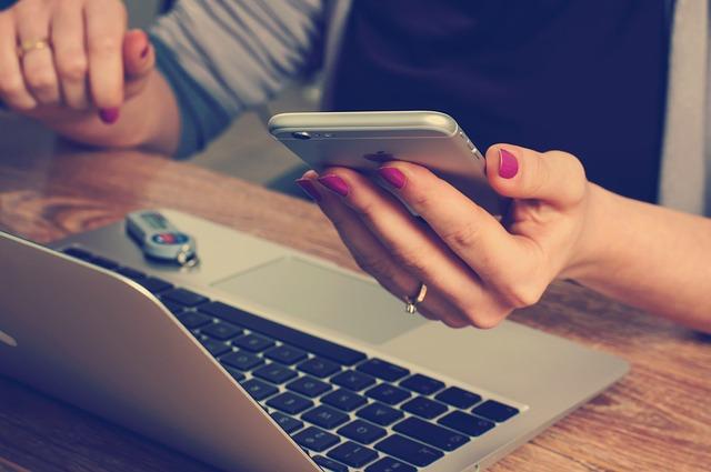 počítač, mobil nalakované nehty