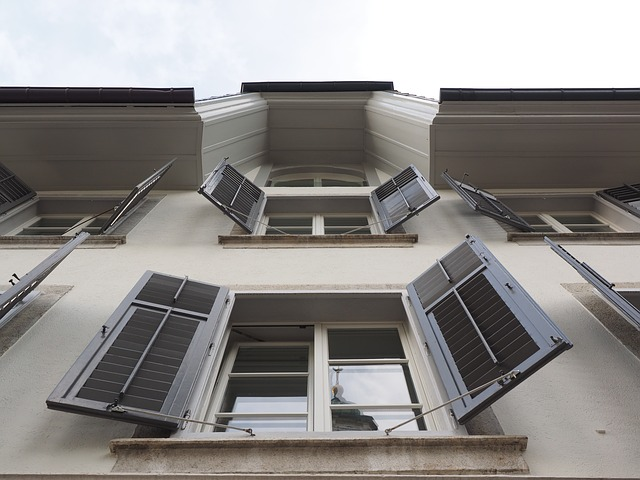 otevřené okenice