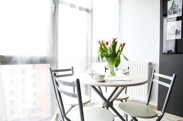 stolek u okna