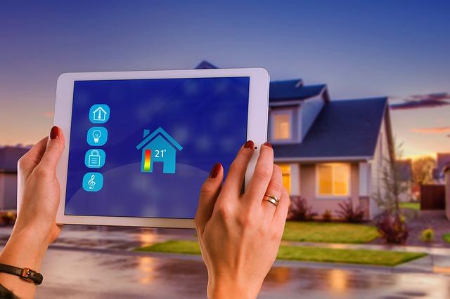 žena kontroluje dům pomocí tabletu